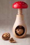 треснутые грецкие орехи раковины Щелкунчика гайки стерженя Стоковое Фото