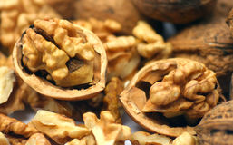 треснутые грецкие орехи стоковые изображения