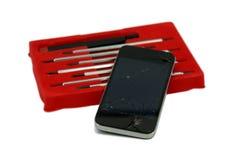Треснутые smartphone и отвертки установили изолированный на белой предпосылке Стоковое Фото