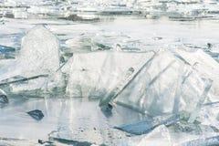 Треснутый лед в озере, ландшафт зимы Стоковое Изображение