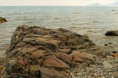 Треснутый камень на южном побережье Крыма, захода солнца стоковая фотография rf
