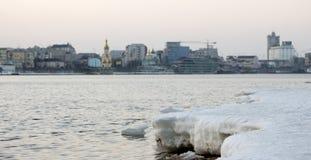 Треснутый лед на реке весной Стоковое Изображение