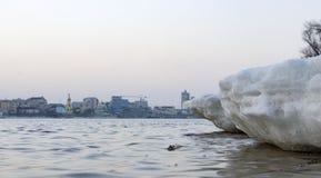 Треснутый лед на реке весной Стоковые Изображения RF