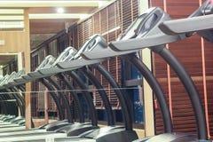 Третбан в спортзале с отражением зеркала, концепцией фитнеса Стоковая Фотография RF