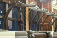 Третбан в спортзале с отражением зеркала, концепцией фитнеса Стоковые Фотографии RF