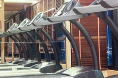 Третбан в спортзале с отражением зеркала, концепцией фитнеса Стоковое Фото