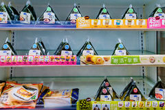 Треугольники риса в холодильнике в 7 11 Стоковые Фото