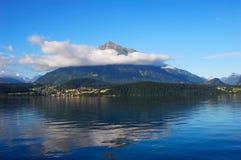 треугольник горы озера Стоковое Изображение RF