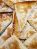 треугольник сформировал куски кудрявого, сладостного хлеба в хлебопекарне Стоковая Фотография