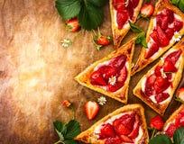 Треугольники печенья слойки клубники Стоковая Фотография RF