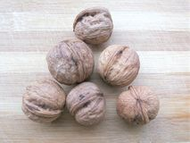 Треугольник раковины грецкого ореха на деревянной предпосылке Стоковые Фото