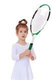Трехгодовалая девушка с ракеткой тенниса в руке Стоковое Изображение