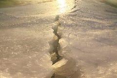 Трещина на озере марш Солнце весны стоковая фотография
