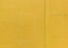 Трещиноватость в стене, желтая стена цемента grunge, backgro текстуры Стоковое фото RF