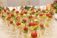 Триангулярные строки коктеилей с овощами на таблице банкета стоковое изображение
