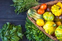 Триангулярная корзина цукини, сквоша, и томатов Стоковые Фотографии RF