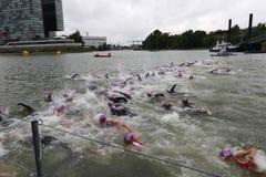 Триатлон заплывания спорта стоковые фотографии rf