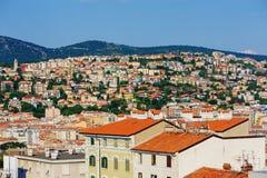 ТРИЕСТ, ИТАЛИЯ - 21-ОЕ ИЮЛЯ 2013: взгляд города и порта в Триесте, Италии стоковые фото