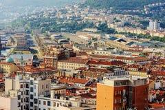 ТРИЕСТ, ИТАЛИЯ - 21-ОЕ ИЮЛЯ 2013: взгляд города и порта в Триесте, Италии стоковое изображение rf
