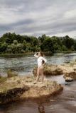 Трико привлекательной предназначенной для подростков девушки белые на реке смотря в Distan Стоковое Изображение