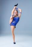 Трико разрабатывая, танцевать танцора красивого девочка-подростка спортсмена гимнаста нося голубое, делая тренировку изолировано Стоковое фото RF