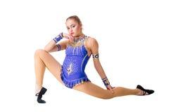 Трико разрабатывая, танцевать танцора красивого девочка-подростка спортсмена гимнаста нося голубое, делая тренировку изолировано Стоковые Изображения