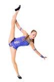 Трико разрабатывая, танцевать танцора красивого девочка-подростка спортсмена гимнаста нося голубое, делая тренировку изолировано Стоковые Фото