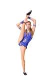 Трико разрабатывая, танцевать танцора красивого девочка-подростка спортсмена гимнаста нося голубое, делая тренировку изолировано Стоковая Фотография RF