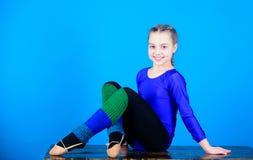 Трико спорт гимнаста девушки маленькое Физкультура и гимнастика Рассчитайте поминутно для того чтобы ослабить Гибкое тело Звукоме стоковые изображения rf