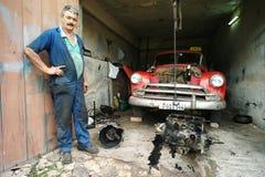 Тринидад, Куба, 5-ое июня 2016: Человек ремонтируя его автомобиль стоковые фотографии rf