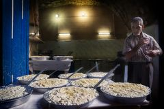 Триполи, Ливан - 9-ое октября 2015: Создатель сыра в souks Триполи Стоковое Фото