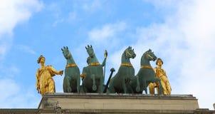 Триумфальная Арка du Carrousel вне жалюзи в Париже, Франции Стоковое Изображение