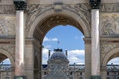 Триумфальная Арка du Carrousel: триумфальный свод расположенный в месте du Carrousel рядом с жалюзи в Париже, Франции стоковая фотография rf