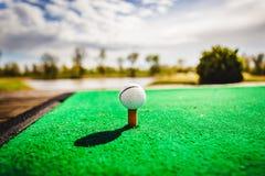 тройник путя гольфа клиппирования шарика изолированный изображением стоковые изображения rf