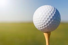 тройник путя гольфа клиппирования шарика изолированный изображением конец вверх Стоковые Фотографии RF