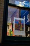 Трой NY США, 12-ое апреля 2017 городское Трой NY на ненастной ноче с магазинами, барами, музеями изобразительных искусств и ресто Стоковые Фотографии RF