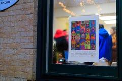 Трой NY США, 12-ое апреля 2017 городское Трой NY на ненастной ноче с магазинами, барами, музеями изобразительных искусств и ресто Стоковое фото RF