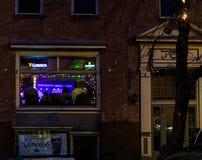 Трой NY США, 12-ое апреля 2017 городское Трой NY на ненастной ноче с магазинами, барами, музеями изобразительных искусств и ресто Стоковое Изображение RF