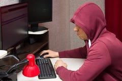 Тролль интернета используя компьютер Плохой и уродский человек писать гадкие вещи на форуме Стоковые Изображения