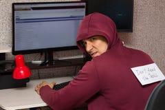 Тролль интернета с человеком thYoung с надписью на его заднем питании ` t Дон ` wr ` тролля Стоковое фото RF