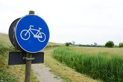 Тропа велосипеда в поле Стоковая Фотография