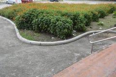 Тропа водя к цветкам на предпосылках Колизея Davao del Sur, Matti, город Digos, Davao del Sur, Филиппины стоковое фото