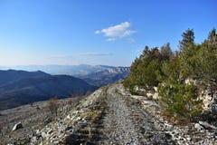 Тропа высокая в скалистой горе/скалистой долине с одичалым путем Стоковое Изображение RF