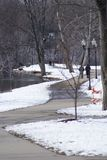 Тропа зимы Snowy на парке стоковые изображения rf