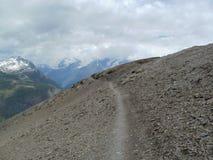 Тропа к хате Hörnli с MatterPathway к хате Hörnli, Уоллису Альпам Стоковая Фотография RF