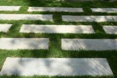 Тропа цемента на траве стоковые изображения rf