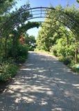 Тропа через сады с беседкой стоковое изображение rf
