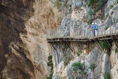 Тропа El Caminito del Rey с идти туристов Стоковые Изображения