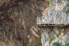Тропа El Caminito del Rey с туристский идти Стоковая Фотография