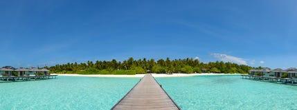 Тропическая панорама ландшафта острова с красивыми живыми океаном и небом Стоковое Фото
